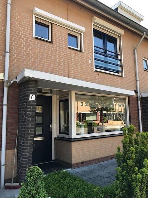 Kroon kozijn Dordrecht plaatste in deze woning kozijnen inclusief rolluiken tegen de warmte.