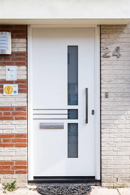 Witte kunststof voordeur met roestvrij stalen details in Barendrecht
