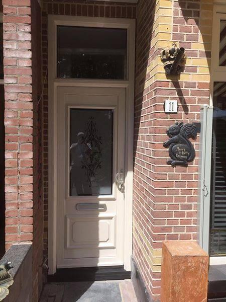 Klassieke voordeur met bovenlicht en sierpaneel met glasornament