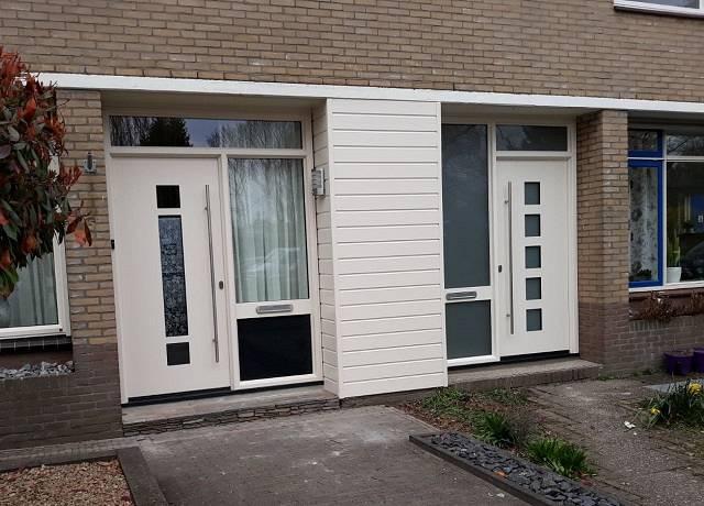 Moderne witte voordeuren geplaatst door Kroon Kozijn Dijkman